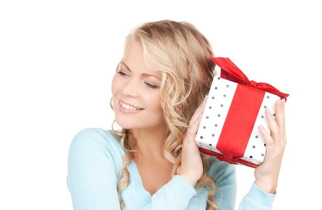 Gelukkig meisje met geschenkdoos over wit