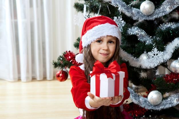 Gelukkig meisje met haar kerstcadeaus
