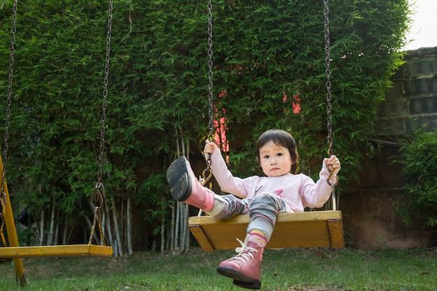 Gelukkig meisje met herfst spelen openlucht in de lentepark