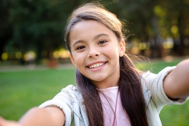 Gelukkig meisje met het bruine haar glimlachen