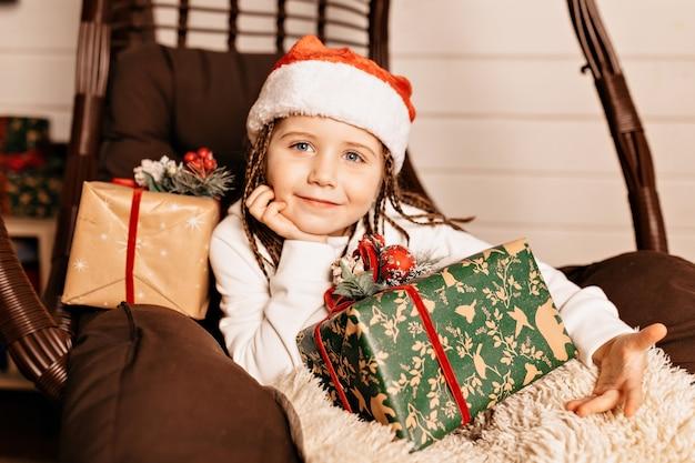 Gelukkig meisje met kerstcadeau