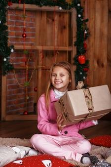 Gelukkig meisje met kerstcadeaus meisje blij met cadeau