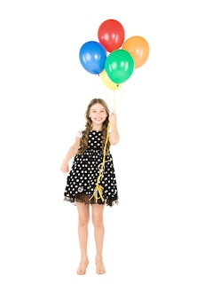 Gelukkig meisje met kleurrijke ballonnen over wit