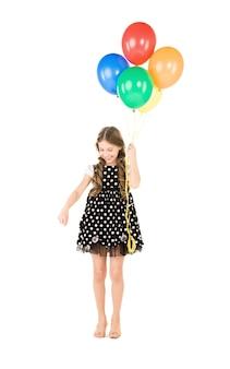 Gelukkig meisje met kleurrijke ballonnen over witte muur