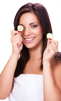 Gelukkig meisje met plakjes komkommer