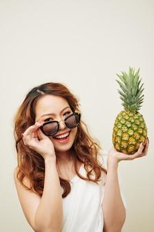 Gelukkig meisje met rijp fruit