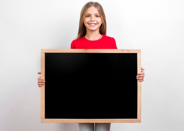 Gelukkig meisje met schoolbord