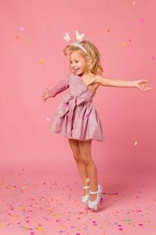 Gelukkig meisje met sprookjeskostuum en confetti