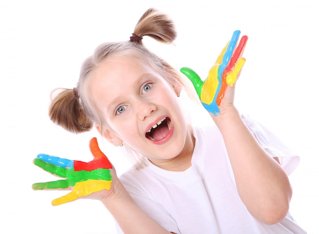 Gelukkig meisje met verf op haar handen