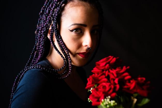 Gelukkig meisje, mooi meisje met een boeket rode rozen in haar hand