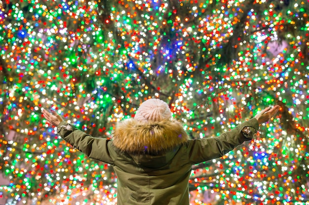 Gelukkig meisje op de rockefeller-kerstboom in new york
