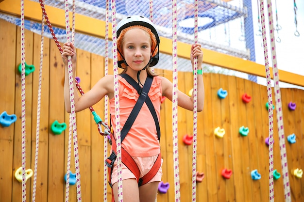 Gelukkig meisje op touw manier in amusement centrum voor kinderen.
