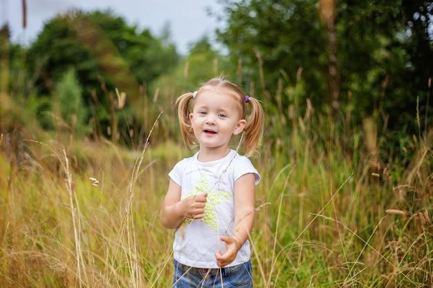 Gelukkig meisje openlucht glimlachen. mooie jonge babymeisje rusten op zomer veld