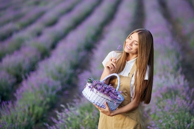 Gelukkig meisje poseren met mand lavendel patches