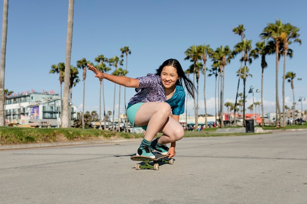 Gelukkig meisje skateboarden, leuke buitensport activiteit