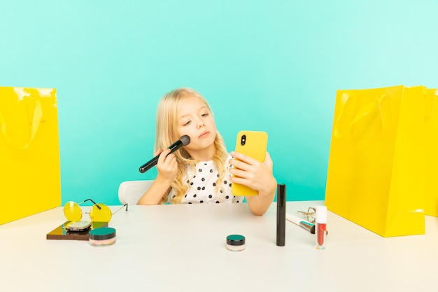 Gelukkig meisje thuis spreken voor camera voor vlog. jonge schoonheidsblogger die videozelfstudie opneemt voor internet.