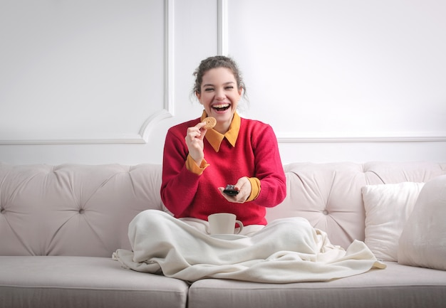 Gelukkig meisje tv kijken thuis