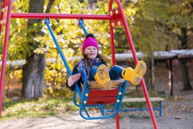 Gelukkig meisje veel plezier hoog buiten swingen