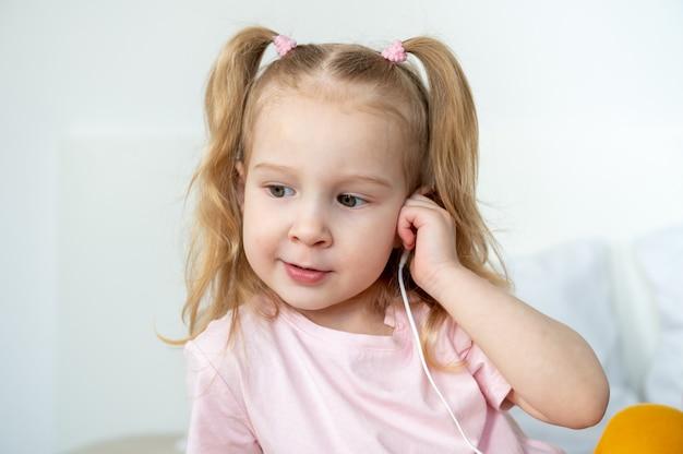 Gelukkig meisje whith hoofdtelefoon thuis