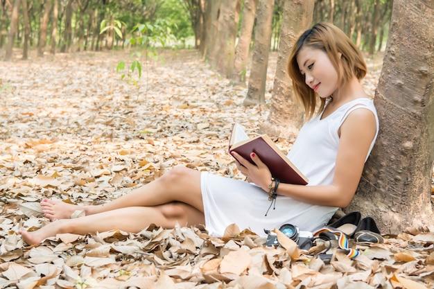 Gelukkig meisje zit met een open boek