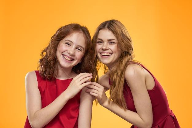 Gelukkig meisjes poseren in de studio