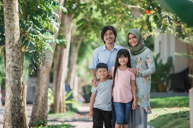 Gelukkig moderne mooie moslim familie