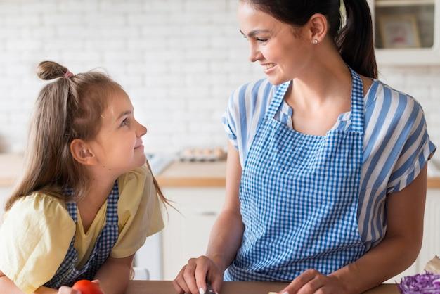Gelukkig moeder en dochter in de keuken