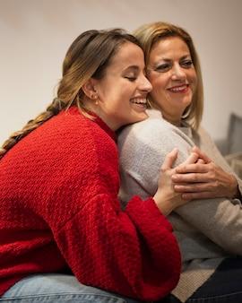 Gelukkig moeder en dochter knuffelen