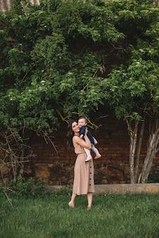 Gelukkig moeder en dochtertje samenspelen in een park