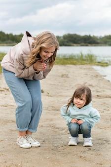 Gelukkig moeder en kind op zand