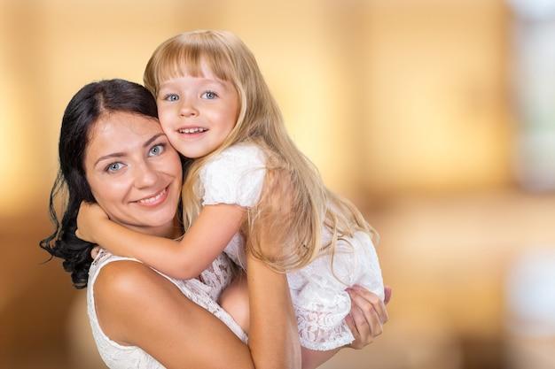Gelukkig moeder en kindmeisje