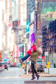 Gelukkig moeder en meisje op manhattan, new york city, new york, de vs