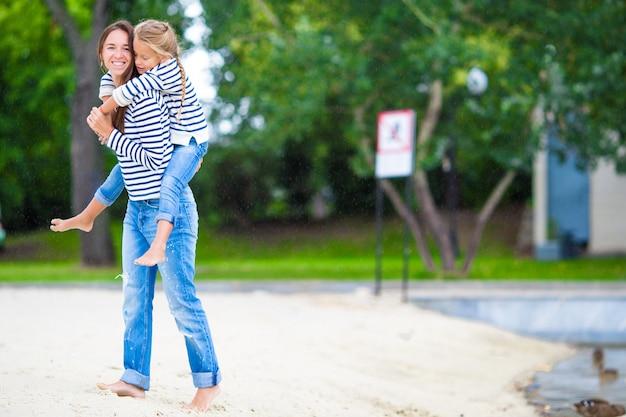 Gelukkig moeder en schattig klein meisje genieten