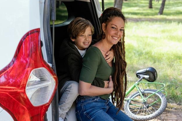 Gelukkig moeder en zoon knuffelen