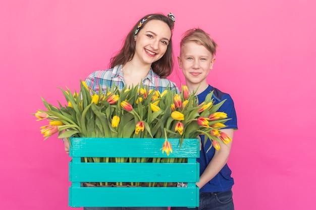 Gelukkig moeder en zoon met boeket tulpen