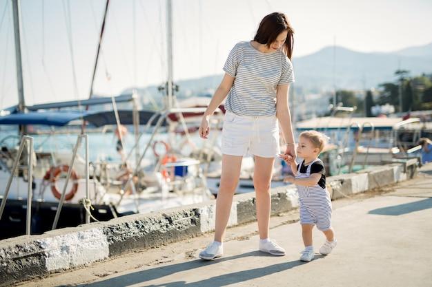 Gelukkig moeder en zoon op zee jacht