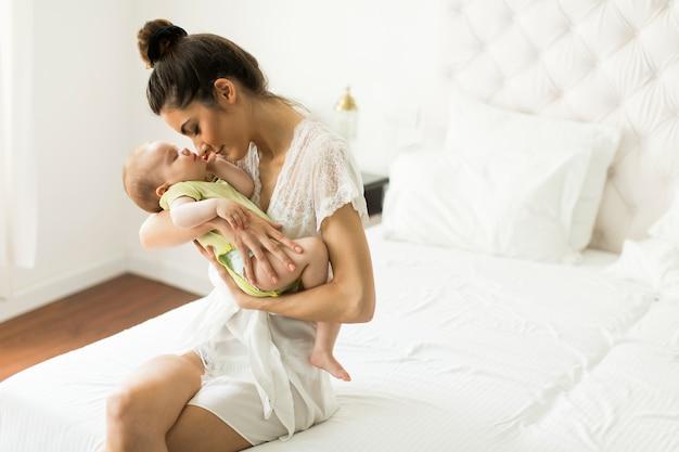 Gelukkig moeder met baby