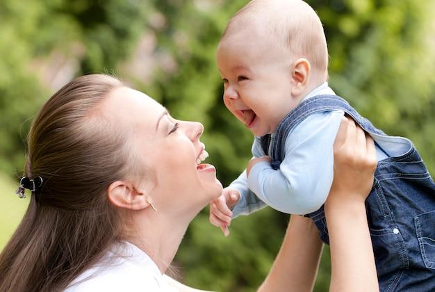 Gelukkig moeder met haar schattige zoontje