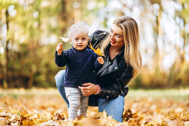 Gelukkig moeder met haar zoontje zoontje plezier in het park