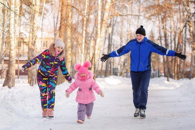 Gelukkig moeder vader en dochter winterdag