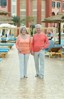 Gelukkig mooi bejaarde echtpaar wandelen in de natuur