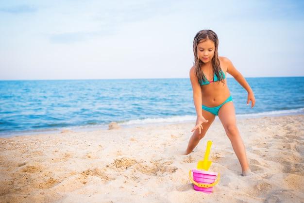 Gelukkig mooi meisje dat op het strand rust
