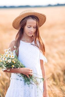 Gelukkig mooi meisje in een tarweveld buitenshuis