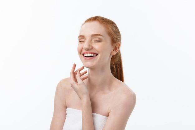 Gelukkig mooi meisje is blij lachend en lachend kijken stright