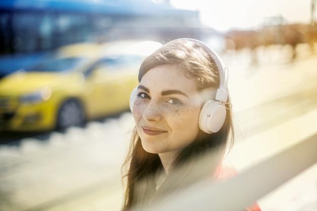 Gelukkig mooi meisje met een koptelefoon