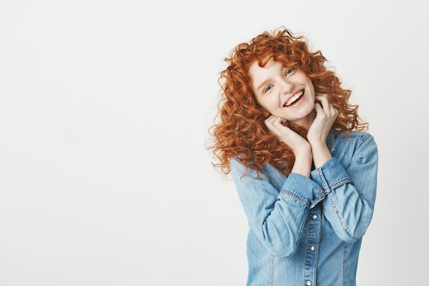 Gelukkig mooi meisje met krullend rood haar glimlachen. kopieer ruimte.