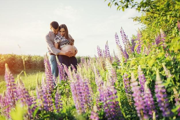 Gelukkig mooi meisje zwanger van haar man buiten.