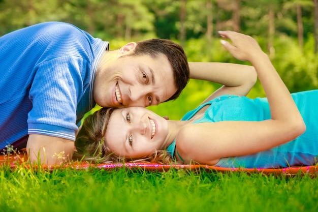Gelukkig mooi paar op de natuur en zwanger in het park