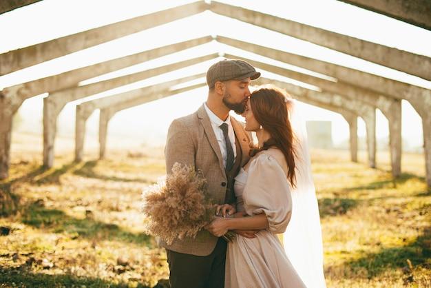 Gelukkig mooi pasgetrouwd stel samen in het zonlicht.