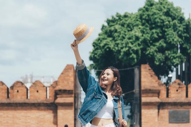 Gelukkig mooi tienermeisje dat in de zomer reist.